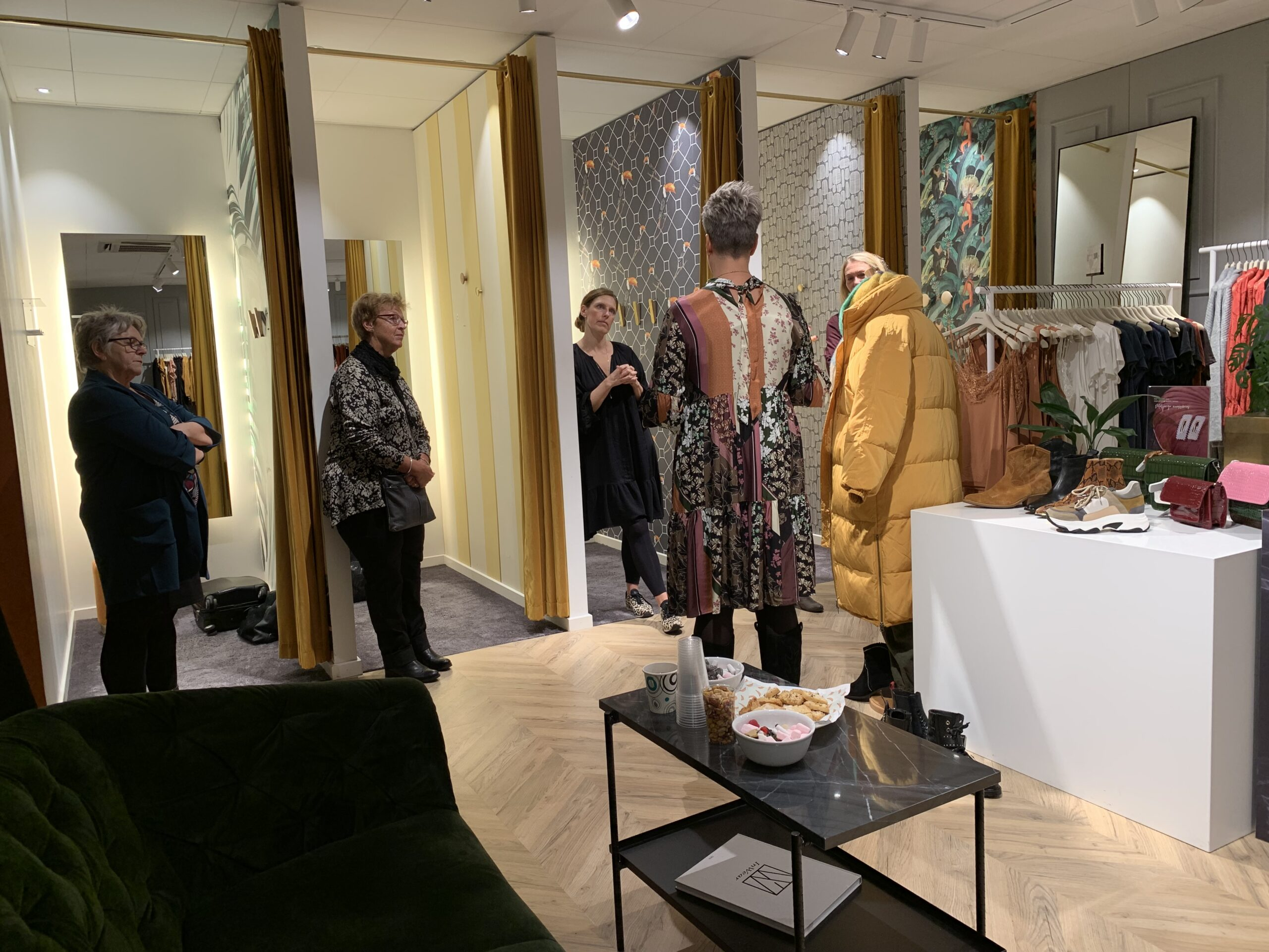 Stylist med kant er en workshop i en modetøjbutik